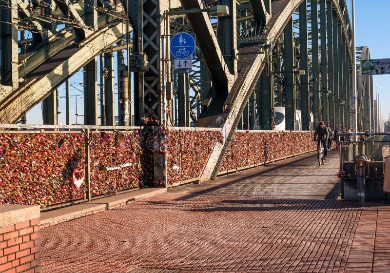 Кёльн, Германия - 19-ое января 2017: Замки влюбленности на загородке моста Hohenzollern стоковое изображение
