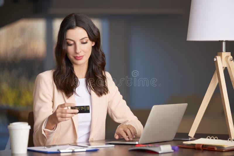 клавиатура и мышь обрамляют выскальзывание депозита и 20 долларовых банкнот стоковая фотография rf