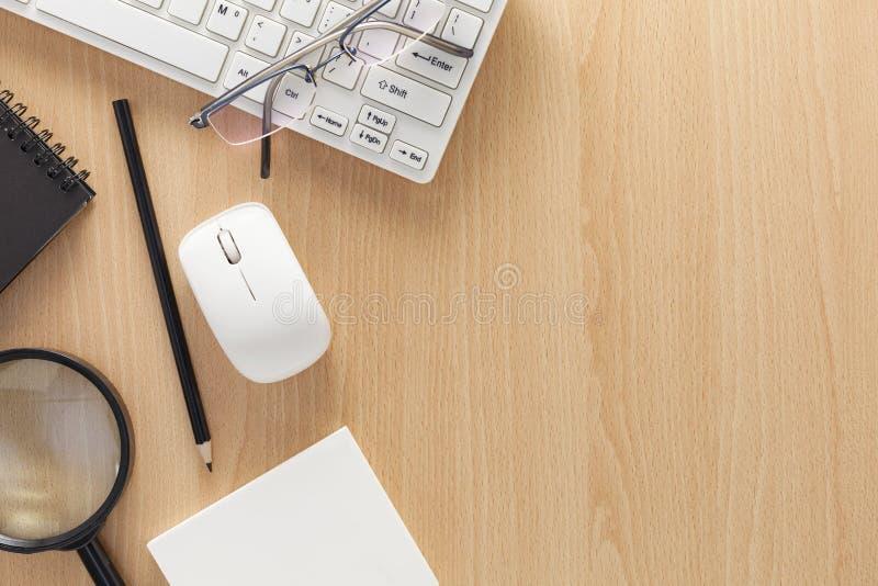Клавиатура с мышью и, тетрадь, карандашем, примечанием белой бумаги, увеличивает стоковые изображения rf