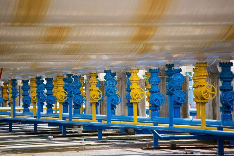 Клапаны на газовом заводе, предохранительном клапане давления и трубе газопровода стоковое фото