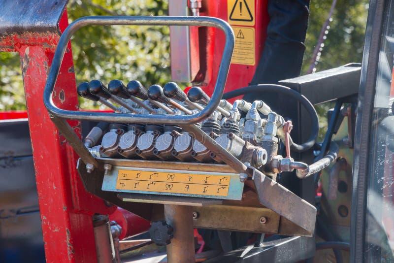 Клапаны передвигают с помощью рукоятки ручки используемые для того чтобы контролировать гидравлическое машинное оборудование стоковые фото