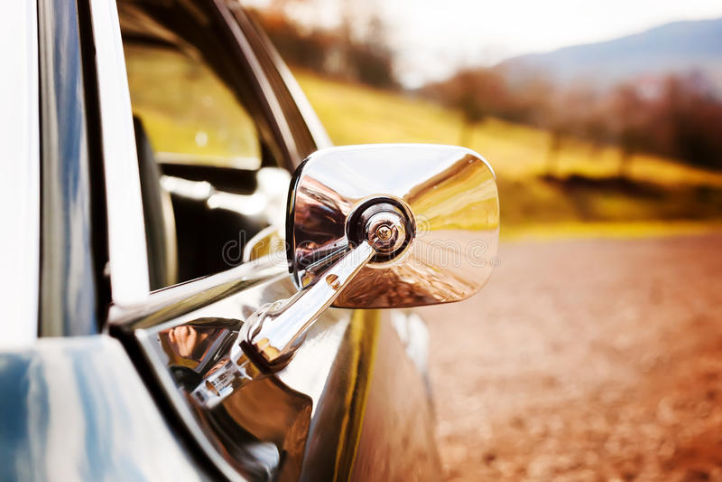 Классицистическое зеркало автомобиля стоковая фотография