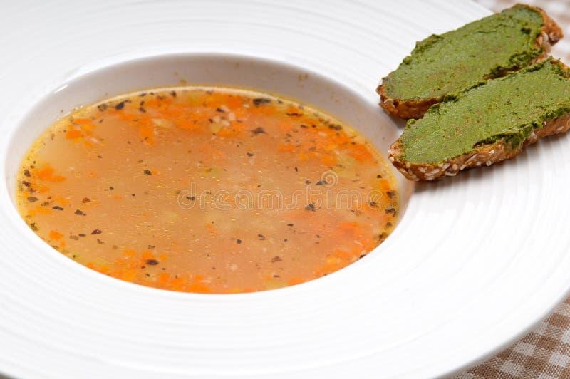 Итальянский суп минестроне с crostini pesto на стороне стоковое изображение rf