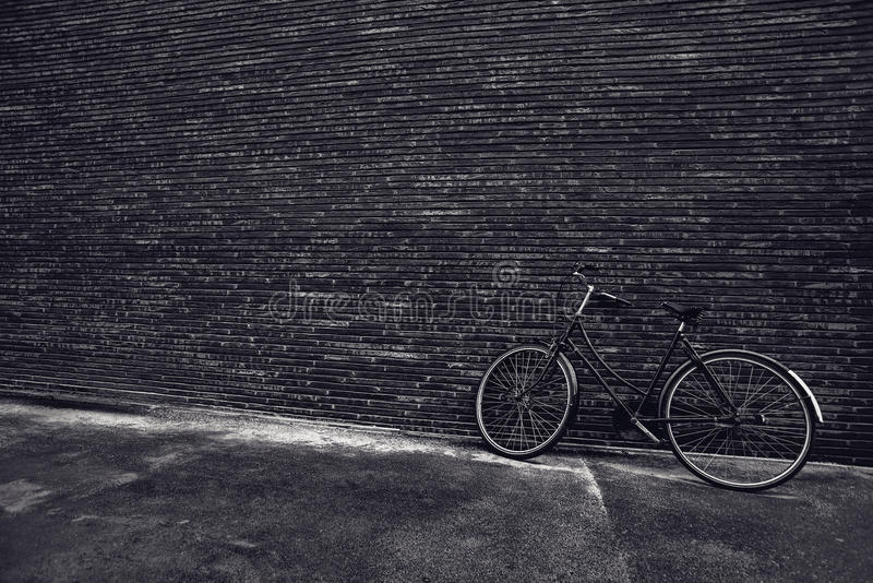 Классическая винтажная склонность велосипеда битника против стены улицы стоковые фото