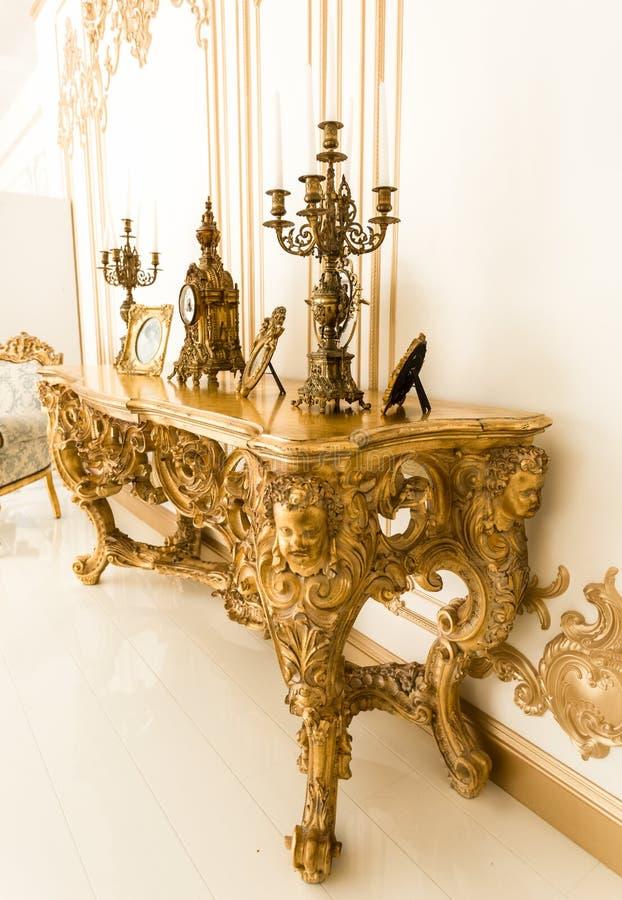 Классическая золотая таблица внутри с старыми люстрами стоковые изображения rf