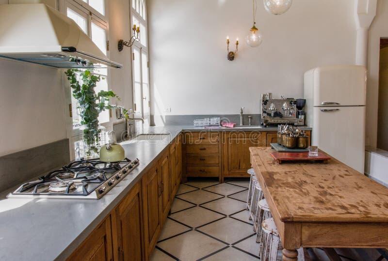 Классическая кухня с большой таблицей стоковые фото