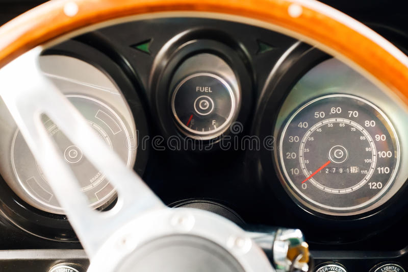 Классическая приборная панель автомобиля стоковое изображение