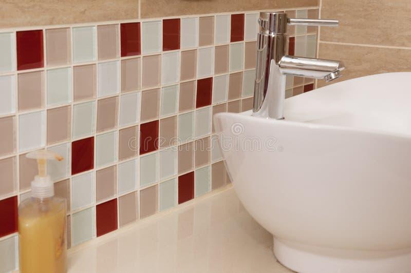 Классическая раковина ванной комнаты с покрашенным splashback мозаики стоковое изображение rf