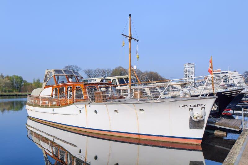 Классическая яхта стиля причалила на Nieuwe Kaai, Turnhout, Бельгии стоковые изображения rf