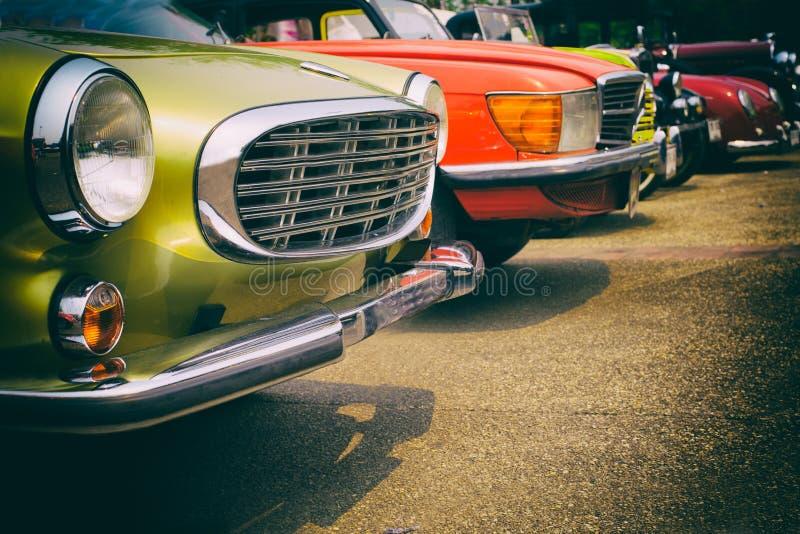 Классические автомобили в ряд стоковое изображение