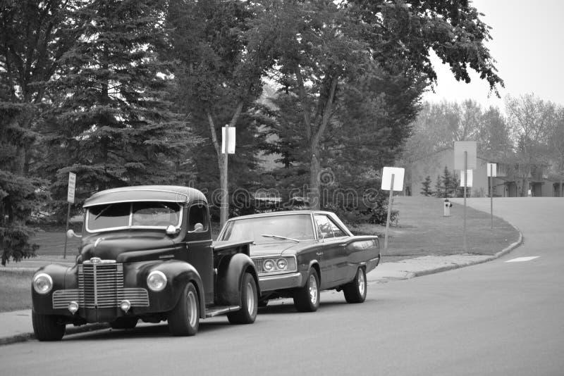 Классические автомобили припаркованные на улице - черно-белой стоковые изображения rf