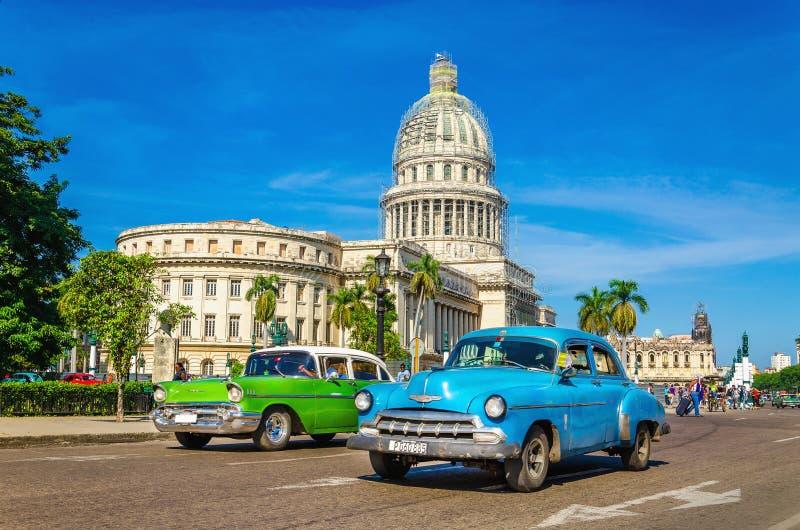 Классические американские автомобили и капитолий в Гаване, Кубе стоковые фотографии rf