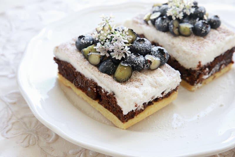 Классические куски торта Честера с голубиками и Cilantro цветут стоковые изображения
