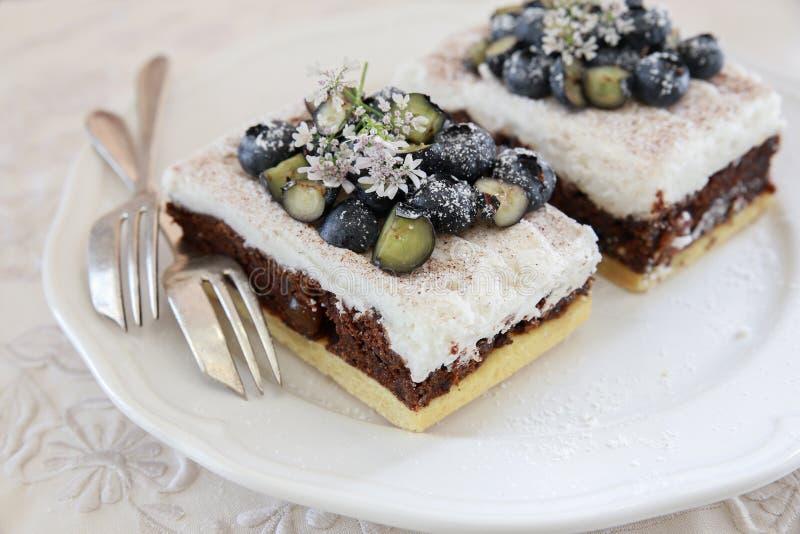 Классические куски торта Честера с голубиками и Cilantro цветут стоковое изображение