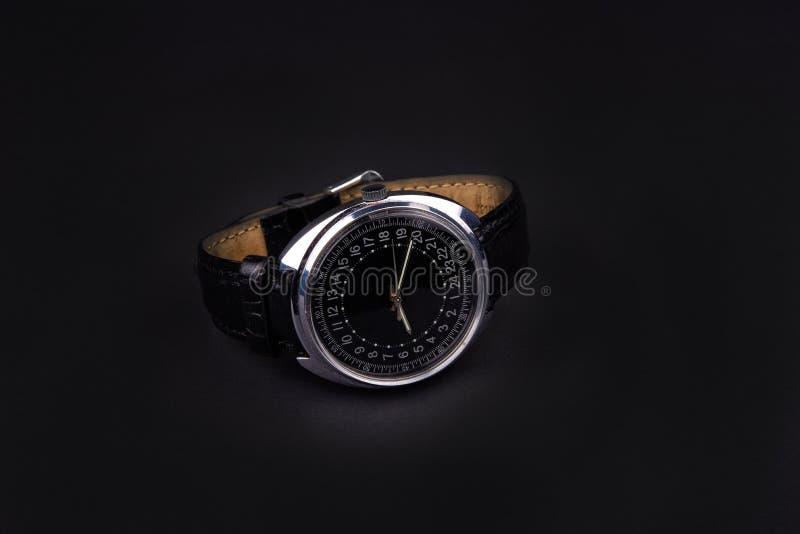 Классические наручные часы для человека на черной предпосылке стоковые изображения rf