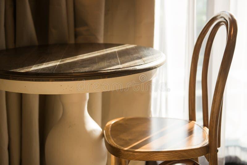 Классические таблица и стул в комнате стоковые фото