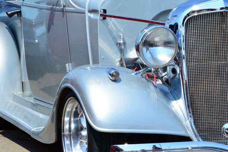 Классические фара и гриль серебра стиля толпы автомобиля стоковая фотография
