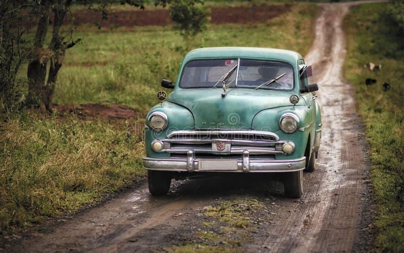 Классический автомобиль, проселочная дорога, Vinales, Куба стоковая фотография rf