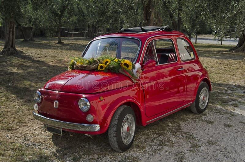 Классический автомобиль украшенный для свадьбы стоковые фото