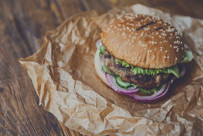 Классический американский бургер, фаст-фуд на деревянной предпосылке стоковая фотография rf