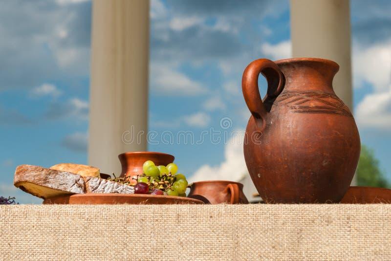 Классический античный натюрморт с связкой винограда стоковое изображение rf