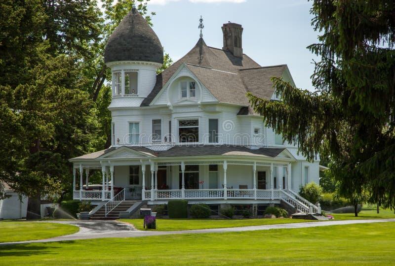 Классический белый викторианский дом стоковая фотография rf