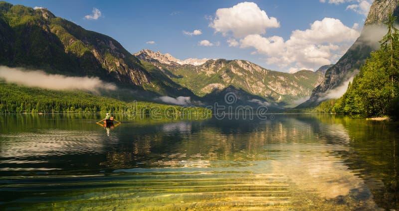 Классический взгляд на озере Bohinj горы, Альпах Словении стоковая фотография