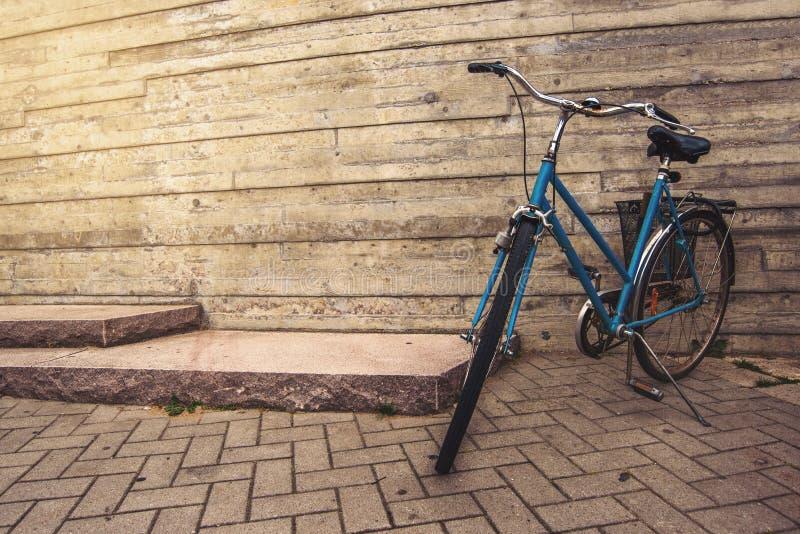 Классический винтажный голубой велосипед стоковое изображение