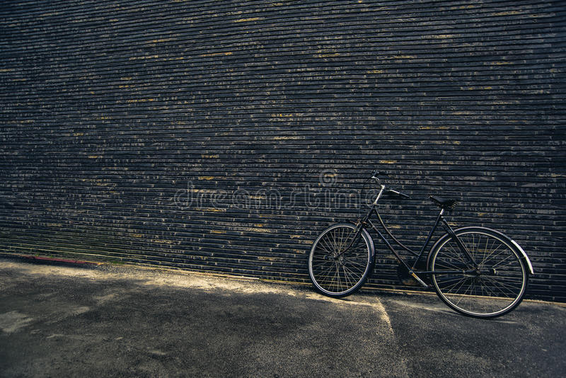 Классический винтажный черный велосипед битника на улице стоковое изображение