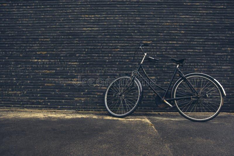Классический винтажный черный велосипед битника на улице стоковое изображение rf