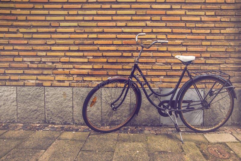 Классический винтажный черный велосипед стоковые изображения rf