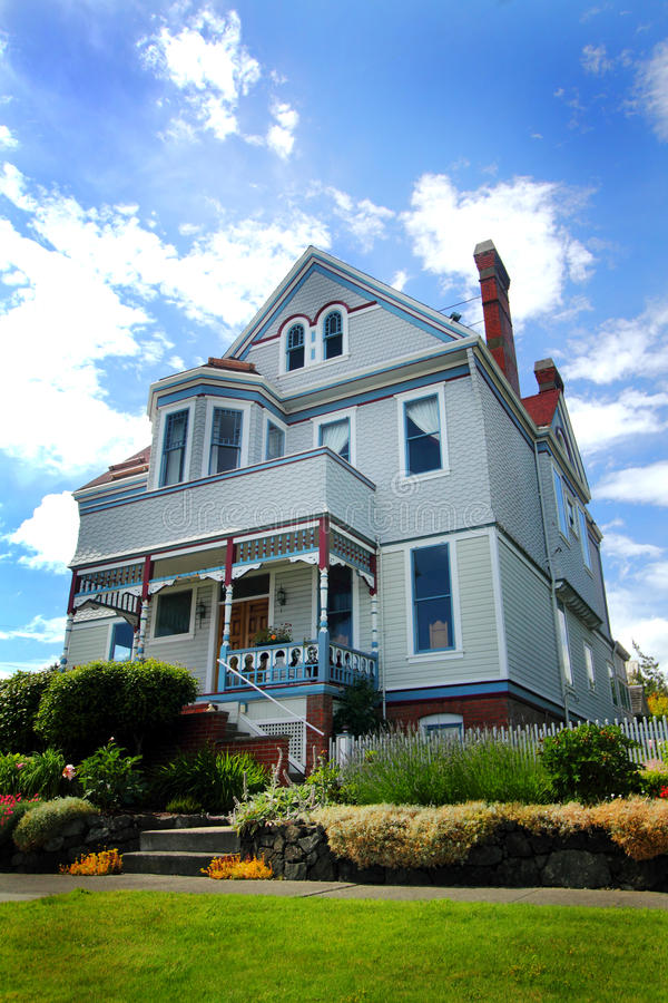 Классический исторический дом на холме стоковое изображение rf