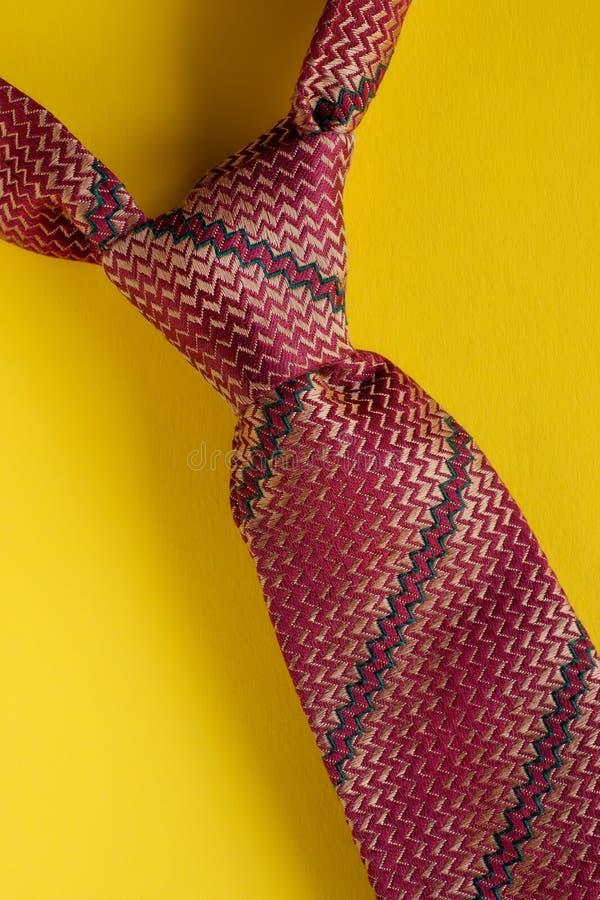 Классический коричневый striped конец узла связи вверх на желтой предпосылке стоковая фотография rf