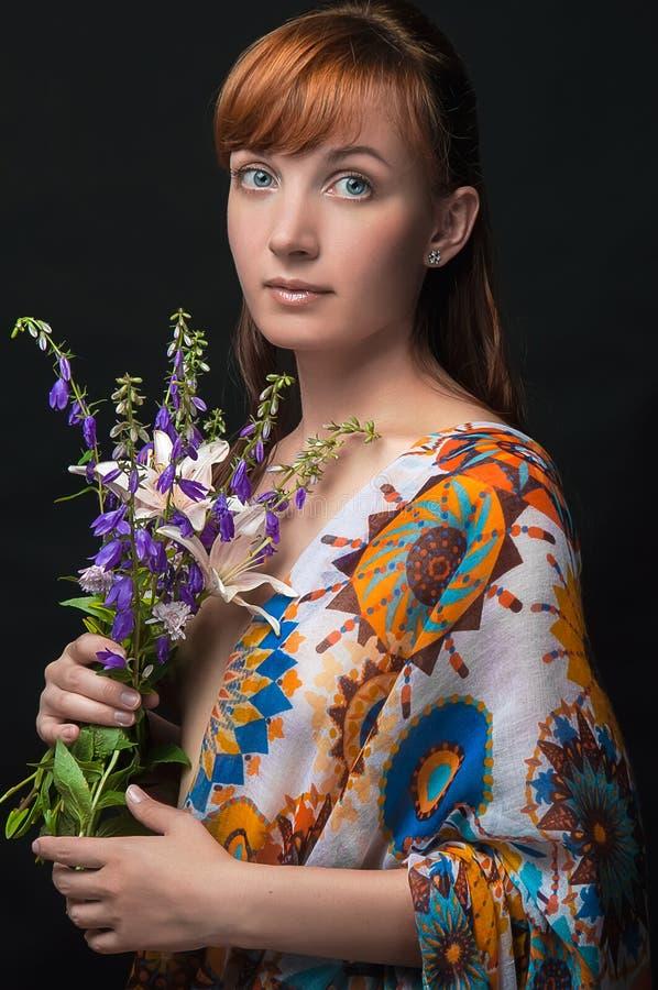 Классический портрет женщины с цветками стоковые фотографии rf