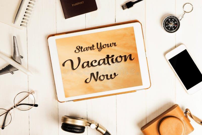 Классический старт ваш каникул плакат теперь на таблетке стоковое изображение rf