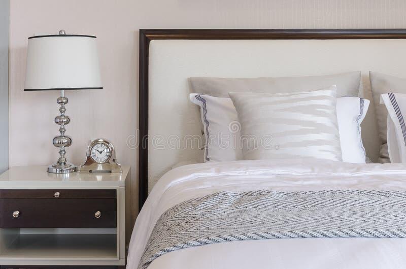 Классический стиль лампы на таблице в роскошной спальне стоковое фото rf
