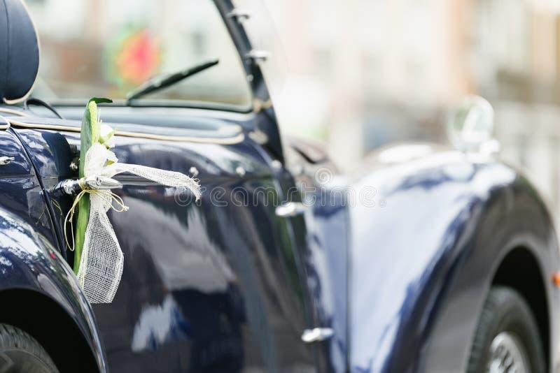 Классический украшенный автомобиль свадьбы стоковое фото rf