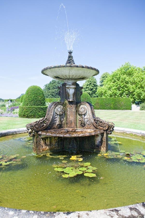 Классический фонтан воды Орнаментальная каменная характеристика в английском fo стоковые фото