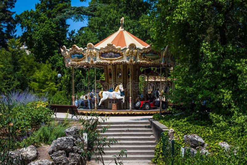 Классический французский carousel в зеленом парке. стоковое фото rf