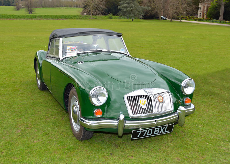 Классический MG зеленого цвета автомобиль спорт стоковая фотография