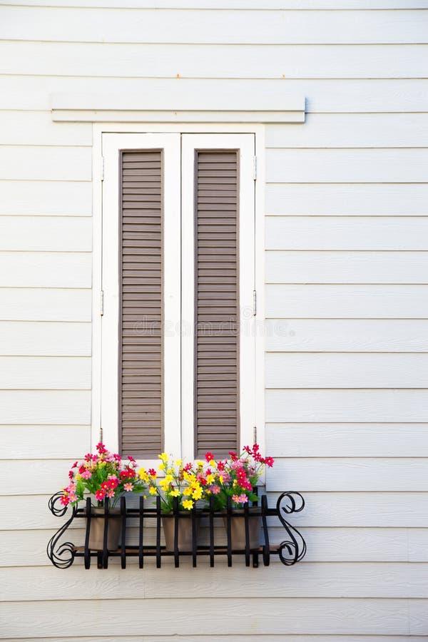 Классическое белое окно с коробкой плантатора цветка стоковое изображение