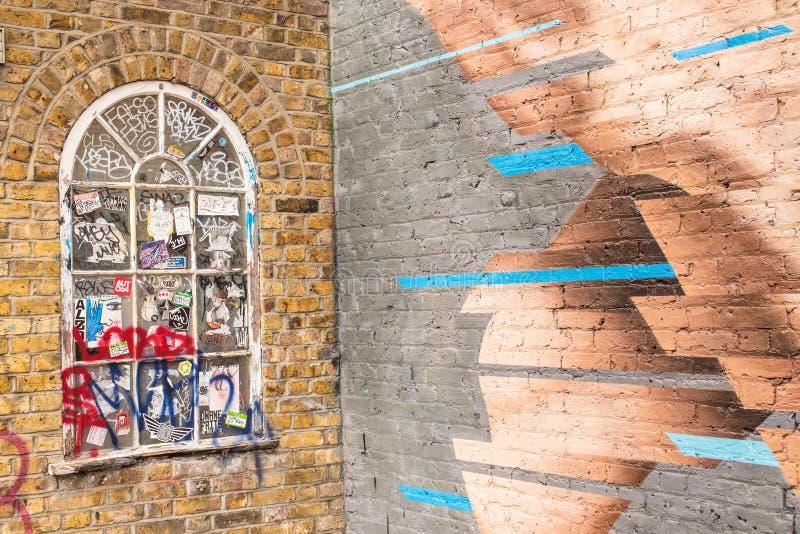 Классическое викторианское деревянное окно на кирпичной стене предусматриванной в scribbles стоковое изображение rf