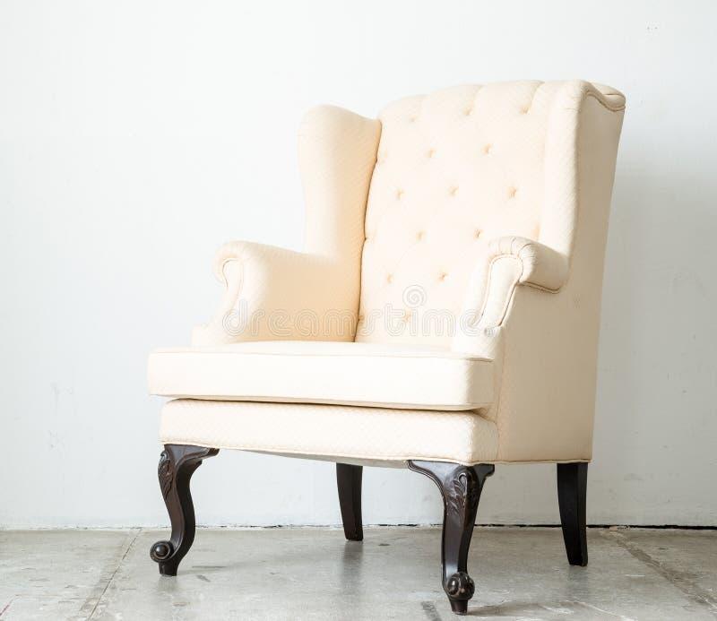 Классическое кресло софы кресла стиля в винтажной комнате стоковая фотография