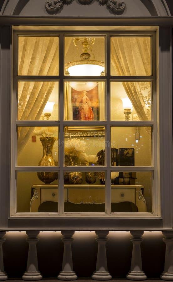 классическое освещение в окне магазина освещения на ноче, рождестве отделки стен украшения дома украшения домашнего украшения фло стоковые фото