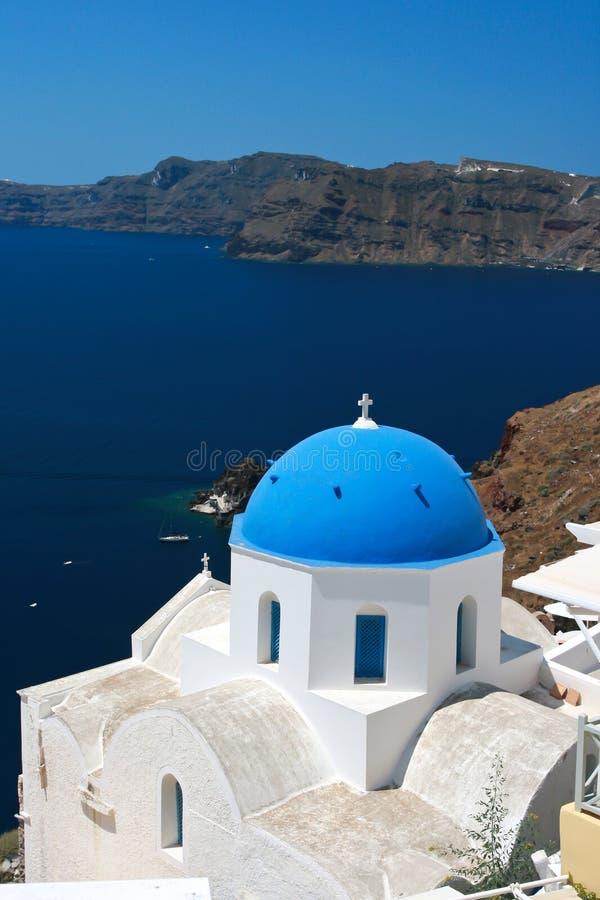 Классическое Santorini - голубая церковь крыши, белое мытье огораживает Грецию стоковая фотография rf