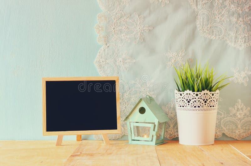 Классн классный с комнатой для текста, винтажный цветочный горшок и фонарик как дом птицы против стены и антиквариата мяты шнурую стоковые изображения rf