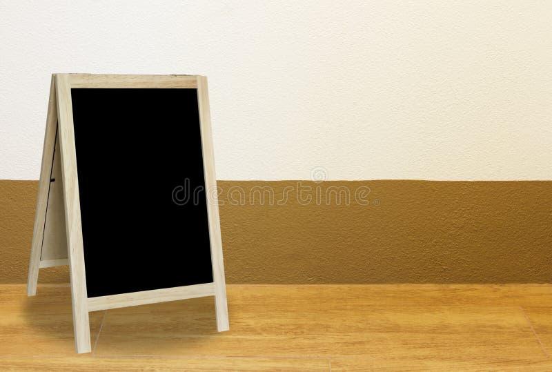 Классн классный треноги в внутренней комнате с blackground стены стоковые фотографии rf