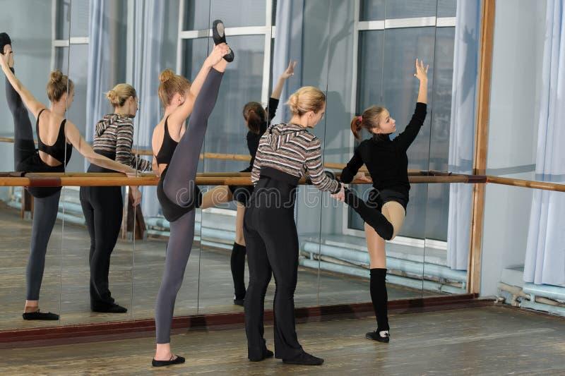 Класс балета в студии с хореографом стоковое фото rf