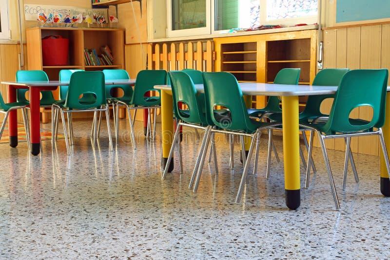 Класс детского сада с зелеными стульями стоковая фотография rf