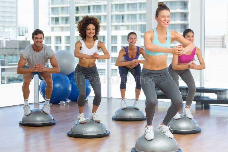 Класс и инструктор фитнеса делая тренировку pilates стоковые изображения rf